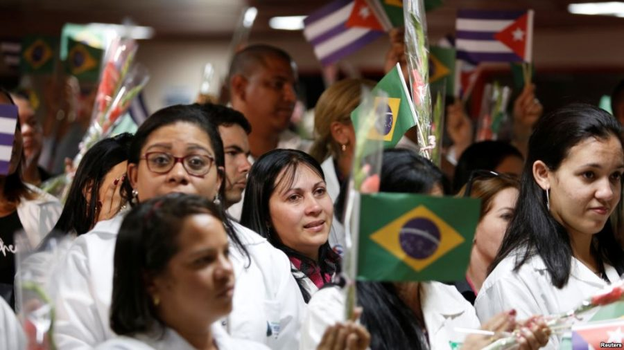 Picture+of+doctors+in+their+white+coats%2C+holding+up+hispanic+flags