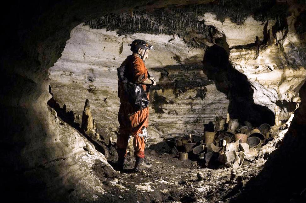 Antropólogo Guillermo de Anda en la Cueva de Balamkú. Foto por Karen Ortega (INHA)