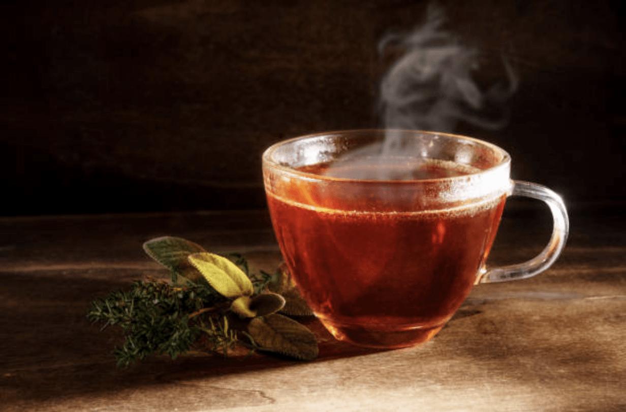 Foto de té en taza en la mesa.Foto por Getty Images
