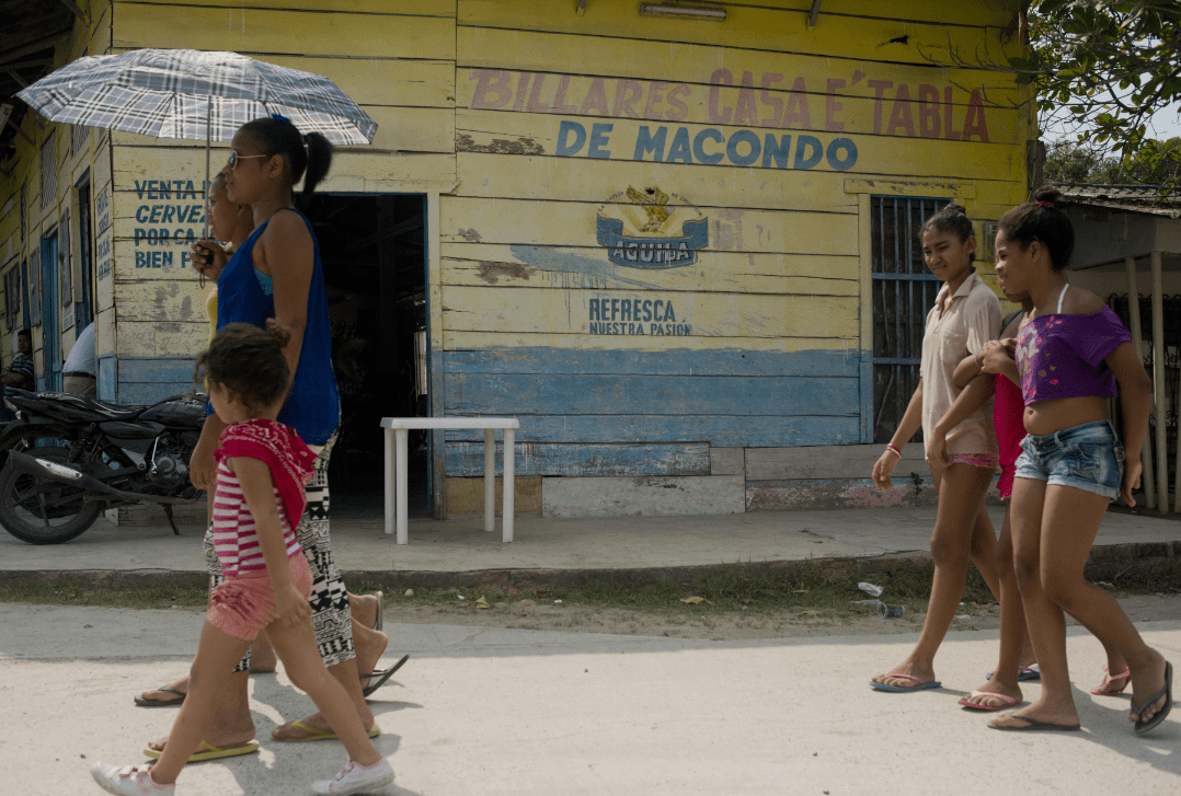 Escena callejera en Aracataca, Colombia, ciudad natal del novelista colombiano Gabriel García Márquez, premio Nobel de literatura 1982. Foto por Abramovich/AFP/Getty Images