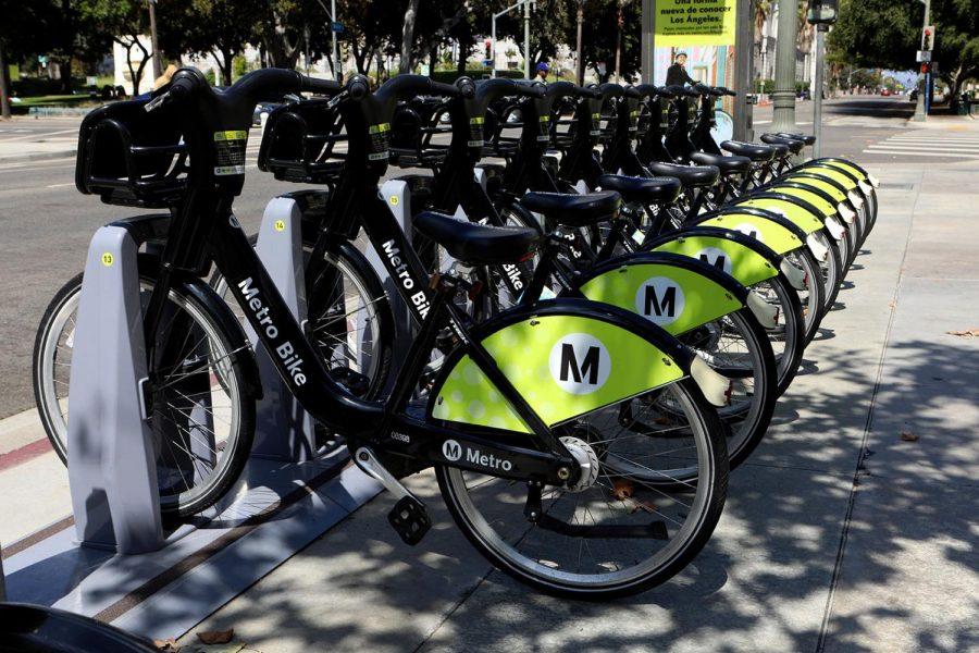 Una+fila+de+bicicletas+de+Los+Angeles+Metro+Bike+Share+en+West+First+Street%2C+Los%0AAngeles%2C+California.+%28Foto+por+Raymond+Boyd+%2F+Getty+Images%29