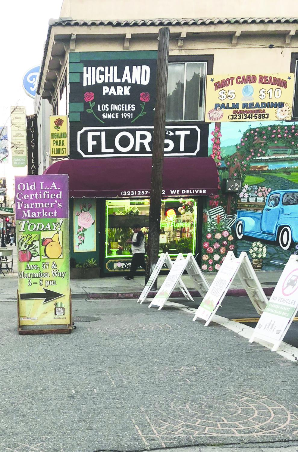 A sign points the way to the Highland Park farmers market. Photo by Martha Nerio.