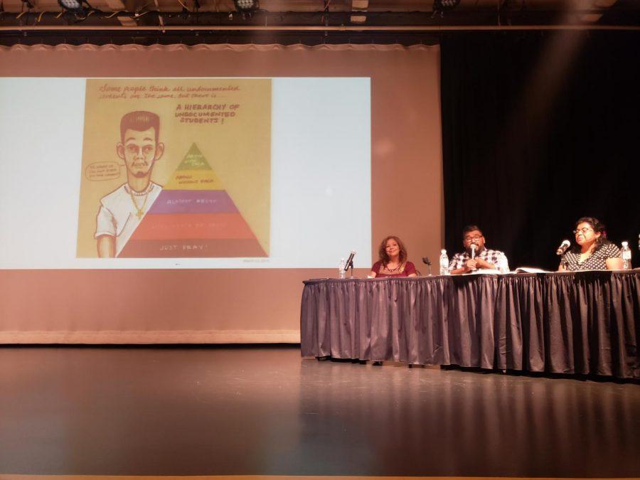 Alejandro+Villalpando+en+el+medio+de+las+dos+profesoras+de+Cal+State+LA+explicando+a+la+audiencia+de+c%C3%B3mo+%C3%A9l+se+relaciona+con+el+libro.