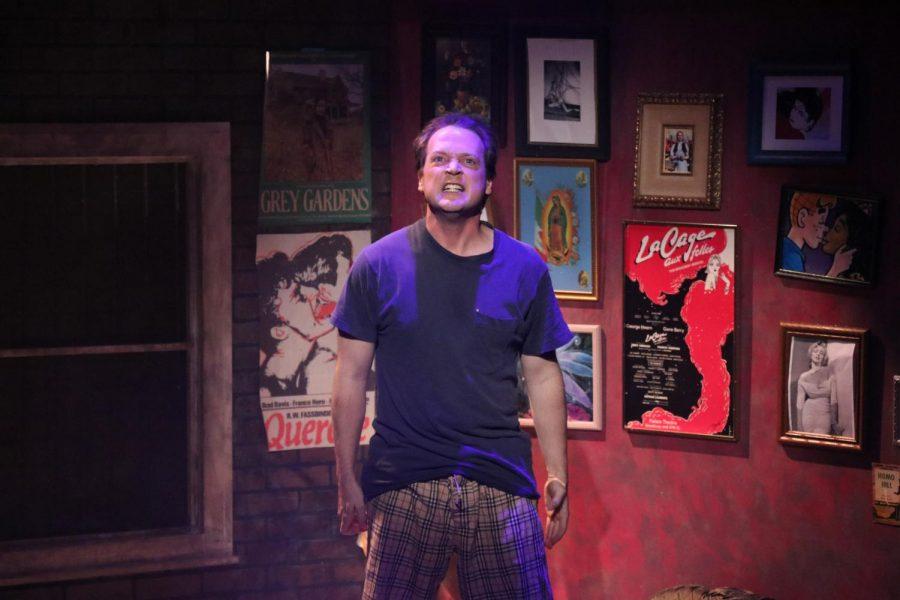 El estudiante de MFA, Adam Ferguson, que interpreta al Prior Walter, ofrece un diálogo apasionado que expresa su lucha por vivir con el SIDA.