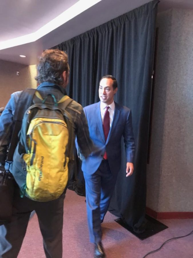 Julian Castro shakes hands with an attendee. Catherine Valdez/UT