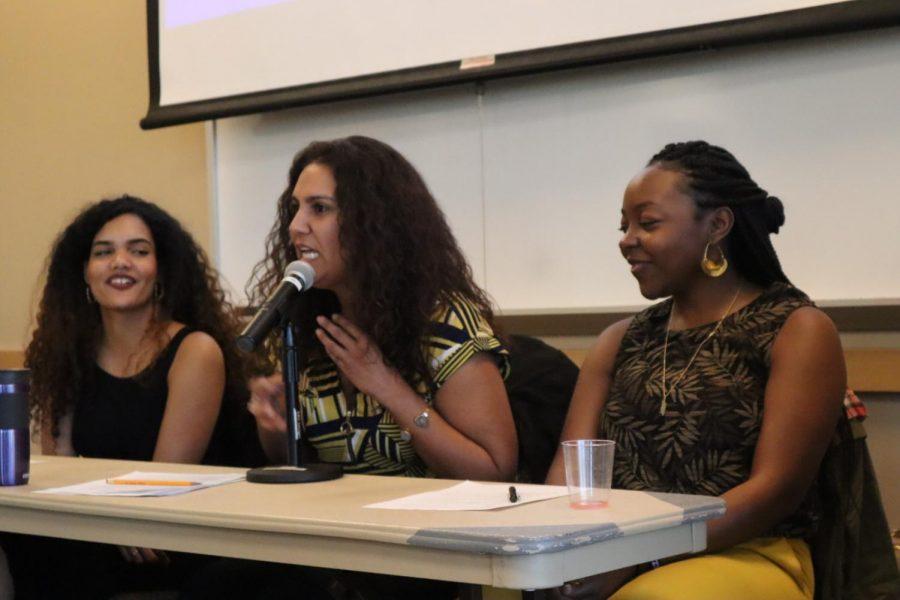 Las tres panelistas hablando sobre su identidad caribeña: Danyeli Rodriguez, Yarimar Rodas and Nicole Ramsey.
