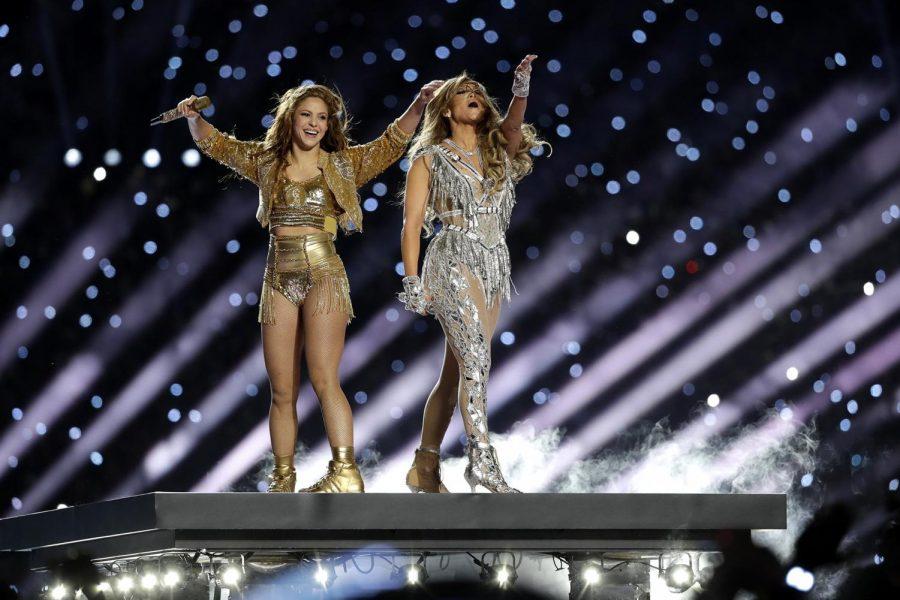 Shakira y Jennifer López se presentan durante el medio tiempo del partido de fútbol americano de la NFL Super Bowl 54 entre los Jefes de Kansas City y los San Francisco 49ers el domingo 2 de febrero del 2020 en Miami Gardens, Florida.