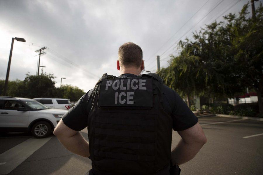 Un agente de ICE en una operación en Escondido, CA.